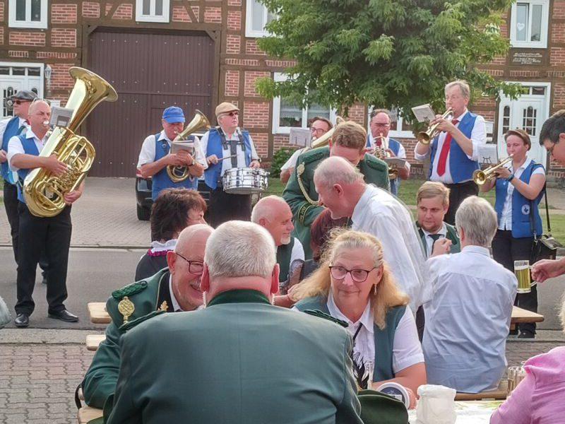 Eichstedt, Stadtmusikanten spielen vor dem Dorfkrug